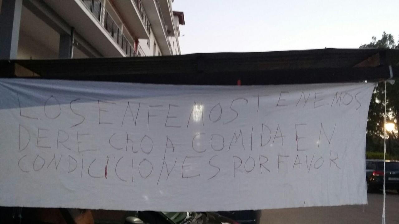 Pancarta colgada por los pacientes del Moliner julio 2016