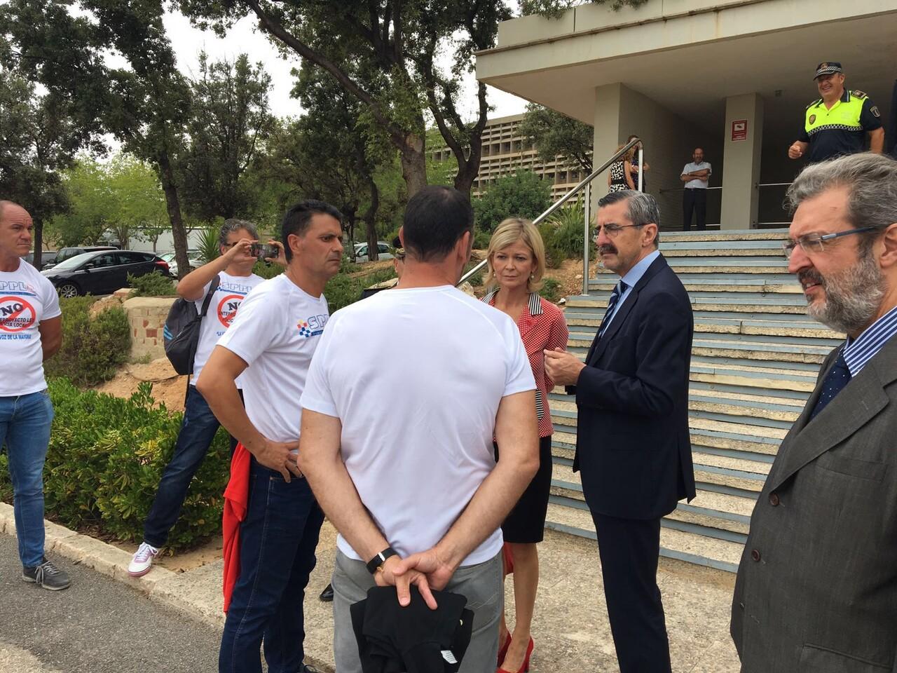 Policías Locales de la Comunitat Valenciana, protestan hoy en la entrega de medallas en el IVASPE (1)