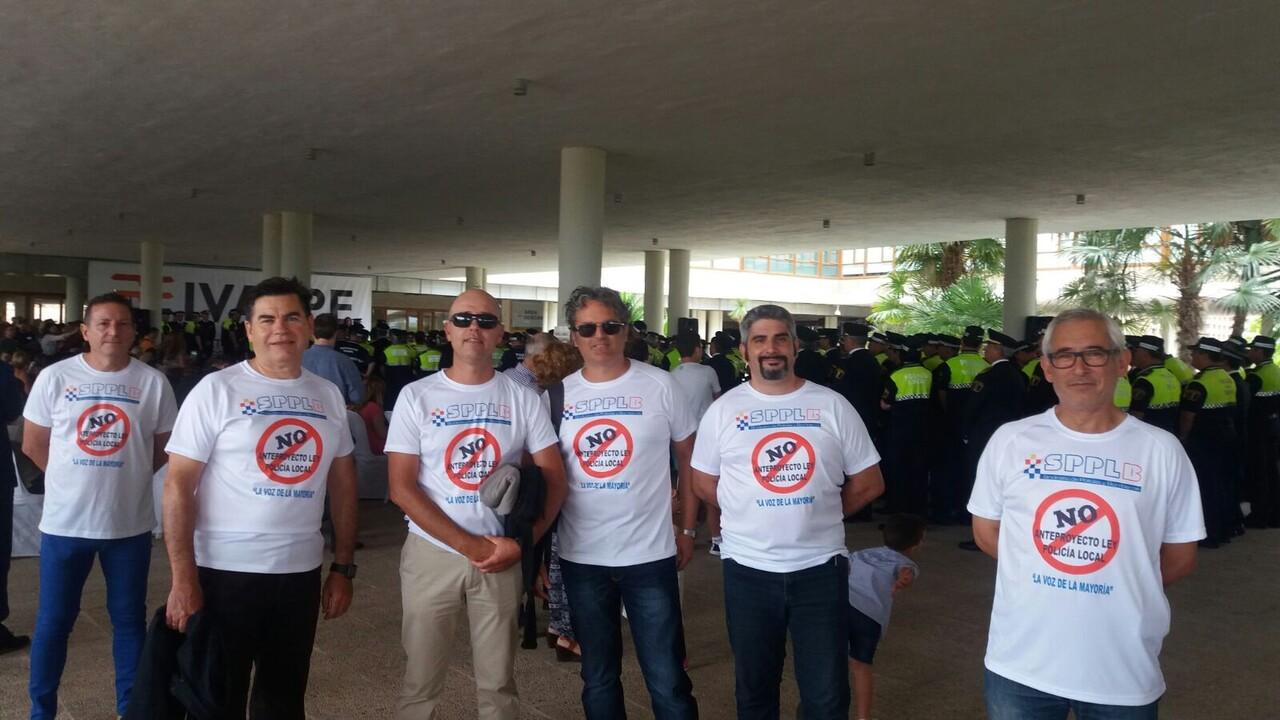Policías Locales de la Comunitat Valenciana, protestan hoy en la entrega de medallas en el IVASPE (2)