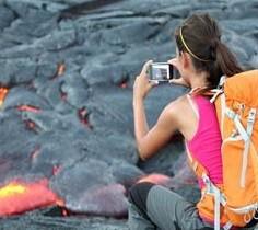 Turistas junto a la lava del volcán.