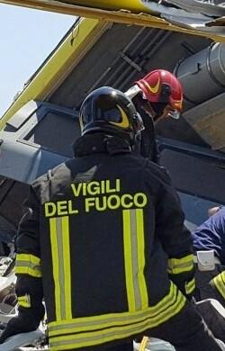 Varios equipos de rescate sacaban a las víctimas de los restos.