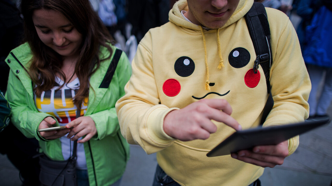 CBR103. Vienna (Austria), 16/07/2016.- Two gamers play the Pokemon Go app, during a Pokemon Go walk at the Stephansplatz in Vienna, Austria, 16 July 2016. The game, that uses the GPS to locate the smartphone' class=