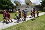 """SHM52 - MIAMI (FL, EEUU), 20/07/2016.- Varios niños y jóvenes jugadores de Pokémon GO, caminan en busca de pokémons hoy, miércoles 20 de julio 2016, en el Campus Norte del Miami Dade College (MDC) en Miami, Florida (Estados Unidos). El MDC abrió esta semana las puertas de uno de sus campus para que los aficionados al juego de Pokémon GO puedan disfrutarlo durante cuatro días en 35 """"paradas"""" y 3 """"gimnasios"""" instalados para dicho fin. La idea es ofrecer un espacio """"seguro"""", sin peligros de tráfico de vehículos o lugares peligrosos, explicó a Efe Jez Catambay-López, directiva del MDC. EFE/Gastón de Cárdenas"""