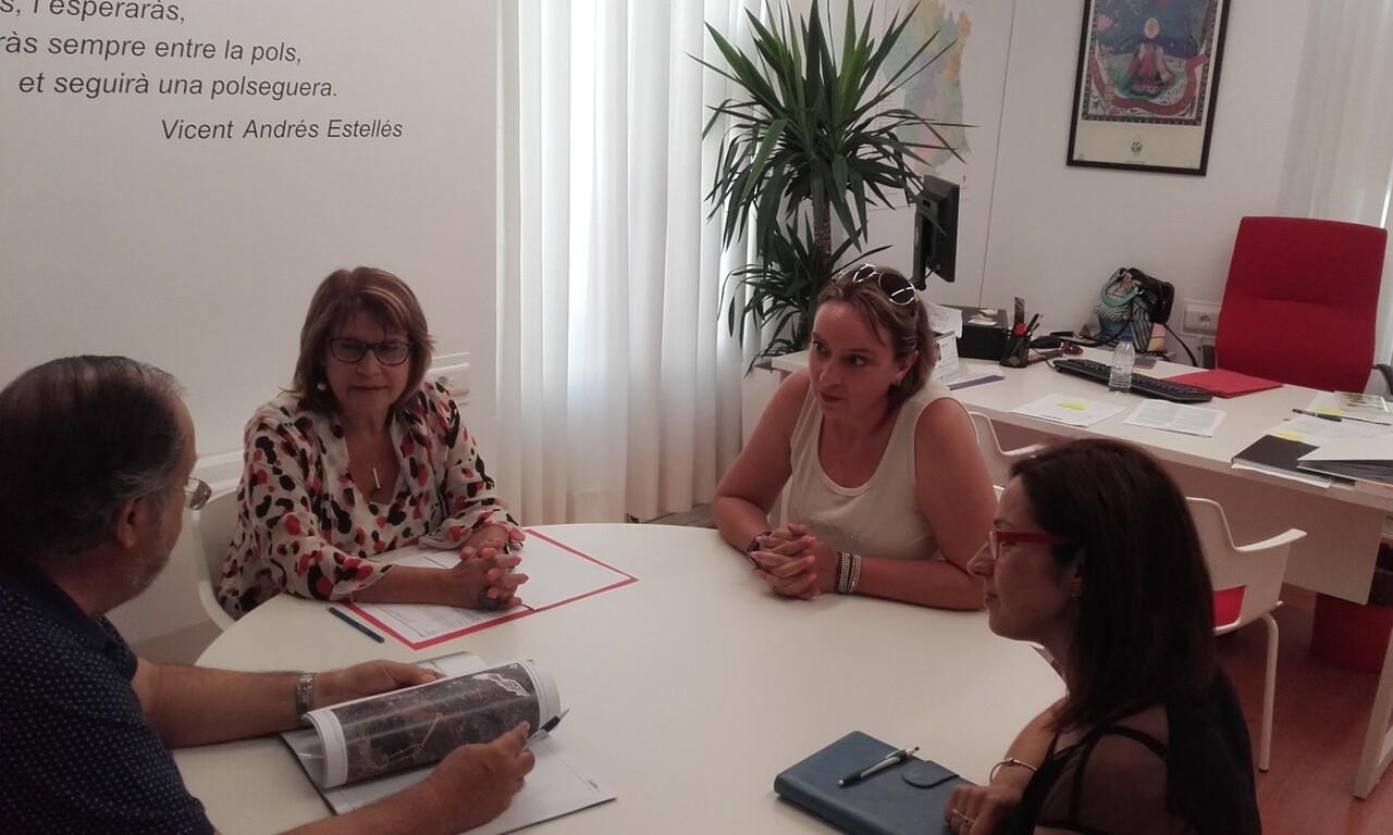 Conxa Garcia amb l¡alcaldessa benetusser (1)