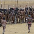 Festival-cultural-en-indonesia-La fiesta tribal de la fertilidad en Papúa música, batallas con lanzas y penes cubiertos con vainasSF-1