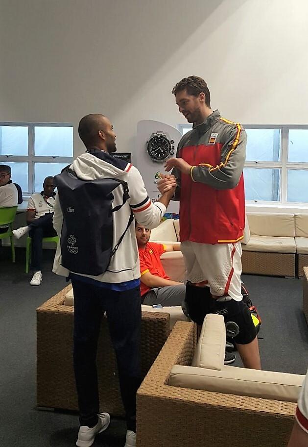Parker felicita a Pau Gasol tras la victoria de la selección española.