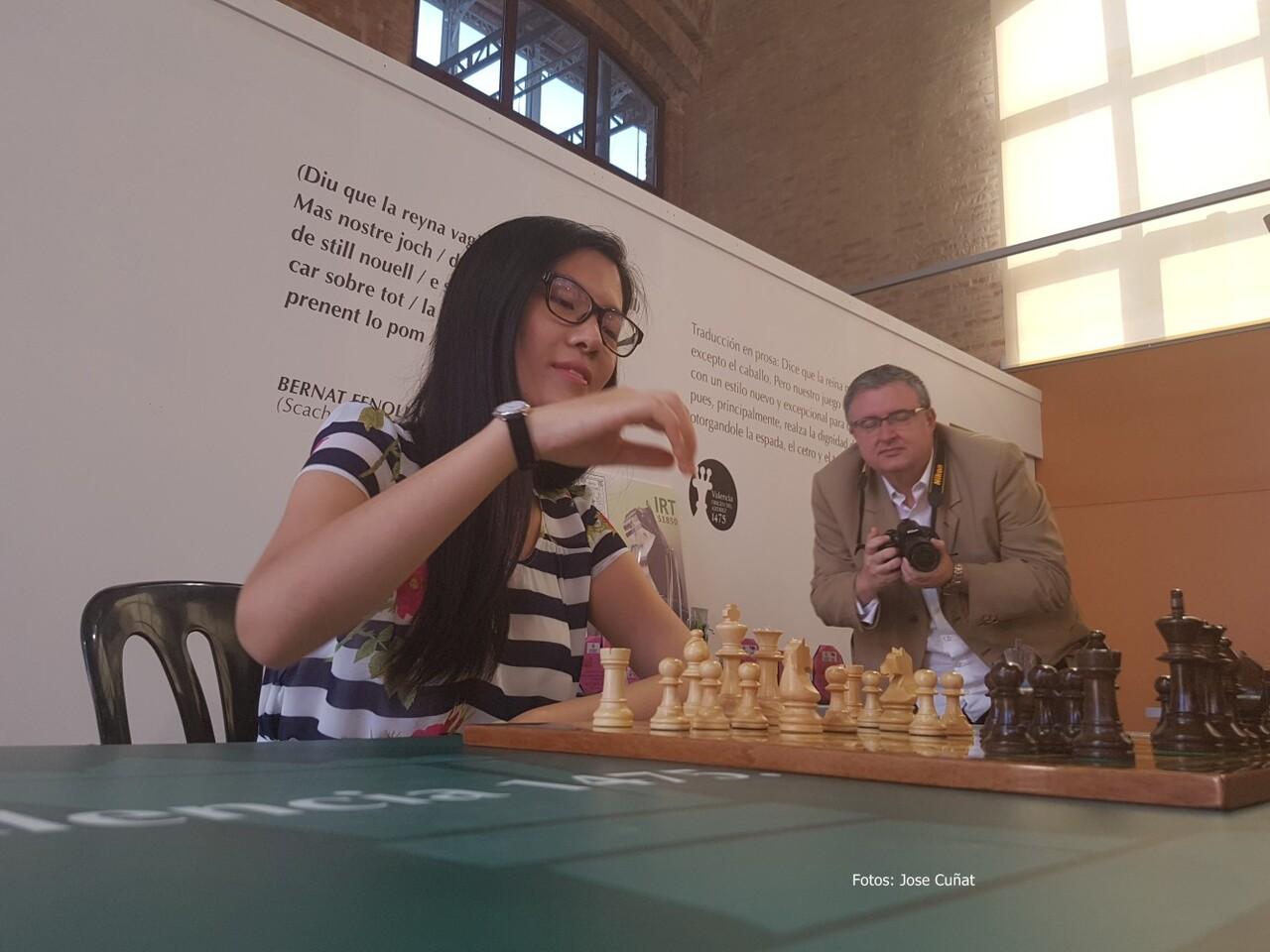 Hou Yifan campeona mundial de ajedrez en la presentación del Festival Internacional de Ajedrez ' class=