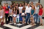 Jóvenes de La Dipu Te Beca analizan las políticas de Igualdad de los ayuntamientos con cuestionarios de la Diputación.