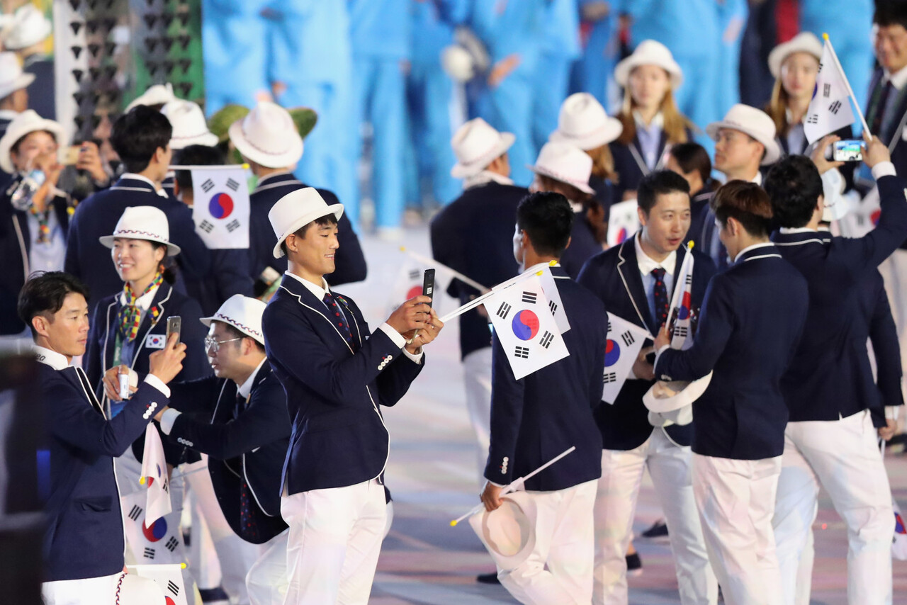 Olympians from Korea capture the spirit and excitement of the Rio 2016 Olympic Games Opening Ceremony on the official Olympic Games phone, the Samsung Galaxy S7 edge Olympic Games Limited Edition, on Friday, August 5, 2016 in Rio de Janeiro, Brazil.