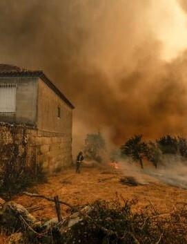 Las llamas han calcinado la vivienda de una familia, que fue evacuada.
