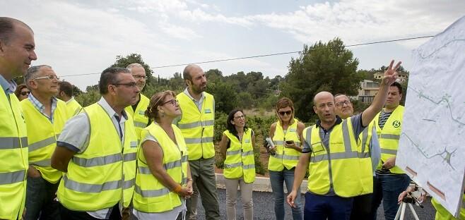 Los diputados Pablo Seguí y Conxa Garcia en la carretera de Picassent a Montserrat. (Foto-Abulaila).