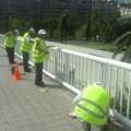 Movilidad sostenible limpia y pinta las barandillas y los semáforos de Valencia.