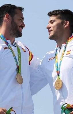 Toro y Craviotto al recoger el oro.