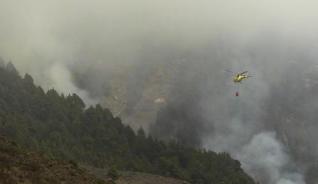 Un helicóptero intenta lucha contra el fuego.