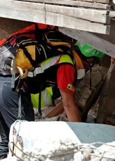 Un miembro del equipo de rescate busca sobrevivientes.