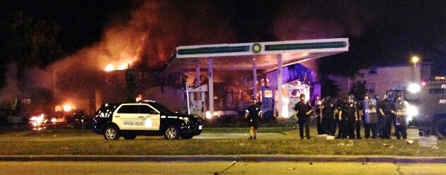 Una gasolinera fue incendiado durante las protestas.