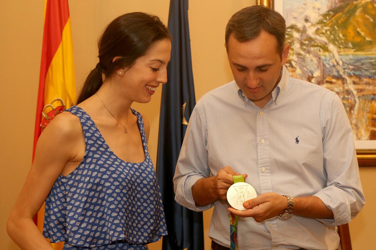090116 Visita medallista Alejandra