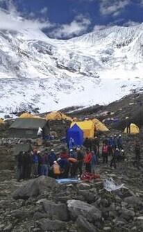 campamento-en-el-himalaya-con-un-herido-imagen-de-la-television