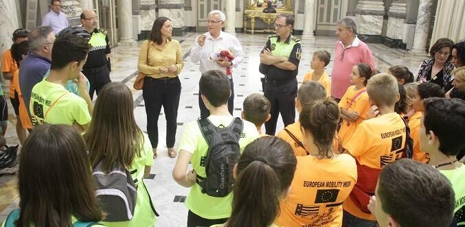el-alcalde-joan-ribo-los-recibe-en-el-salon-de-cristal-del-ayuntamiento