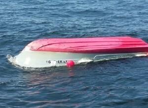 Embarcación volcada.