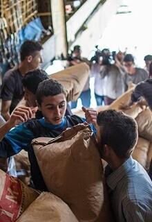 entrega-de-ayuda-humanitaria-a-la-poblacion-siria-foto-de-archivo