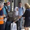 GRA194. MADRID, 30/05/2016.- Un grupo de 45 solicitantes de asilo procedentes de Grecia, trece de los cuales serán acogidos en Madrid, a su llegada hoy al aeropuerto de Madrid-Barajas. El resto de estas 45 personas será acogido en Álava (3), Asturias (7), Baleares (8), Guadalajara (2), Guipúzcoa (6) y Valladolid (6). Se trata de 21 grupos familiares, compuestos por un total de 22 hombres, 8 mujeres y 15 menores. Un total de 60 solicitantes de asilo ya se encuentran en España, tras la llegada de un primer contingente de 20 refugiados procedentes de Grecia el 24 de mayo y de un segundo grupo de 22 provenientes de Italia el 25 de mayo, que se sumaron a los 18 que fueron acogidos en diciembre del año pasado en un proyecto piloto. Dentro del programa comunitario de reubicación creado para hacer frente a las consecuencias de la guerra en Siria, España se comprometió a acoger inicialmente a 200 personas, 150 procedentes de Grecia y 50 de Italia. EFE/Presidencia del Gobierno/Diego Crespo