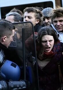 la-policia-detiene-a-una-manifestante