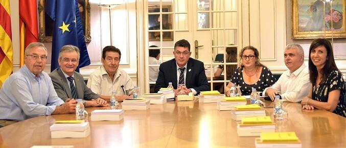 la-entidad-ha-visitado-el-parlamento-y-se-ha-reunido-con-el-president-para-entregar-su-dossier-de-trabajo