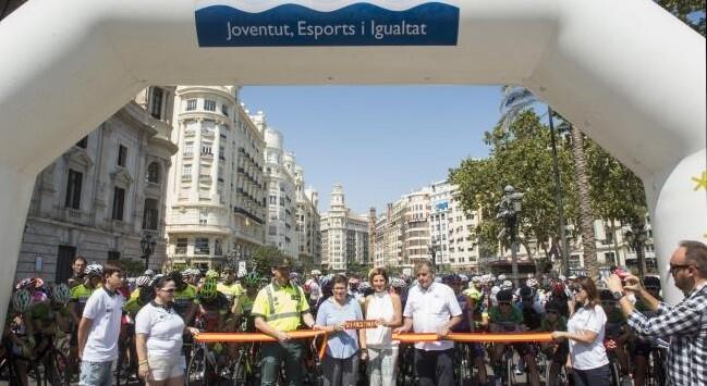 Los 23 equipos participantes toman la salida de la primera etapa del Trofeu Diputaciò en la plaza del Ayuntamiento de València, con destino Gandía. (Foto-Abulaila).