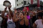 Miles de venezolanos culminan la jornada de protesta con una 'cacerolada'.
