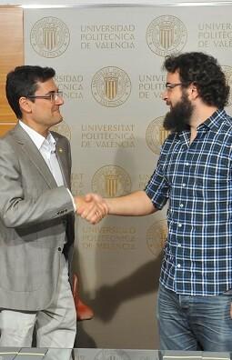 roberto-jaramillo-y-el-rector-francisco-mora-han-firmado-esta-manana-el-convenio-de-colaboracion