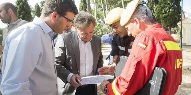 """Rodríguez, que siguió de cerca otros incendios como el de Moixent, reclama una actuación contundente contra estas acciones de """"terrorismo medioambiental"""".  (Foto-Abulaila)."""