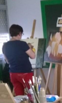 una-alumna-en-una-clase-de-la-universidad-popular-en-un-curso-de-pintura