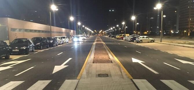 """Vicent Sarrià explica que con la semaforización y ajardinamiento """"se habrá concluido la urbanización del sector, paralizada hace años""""."""