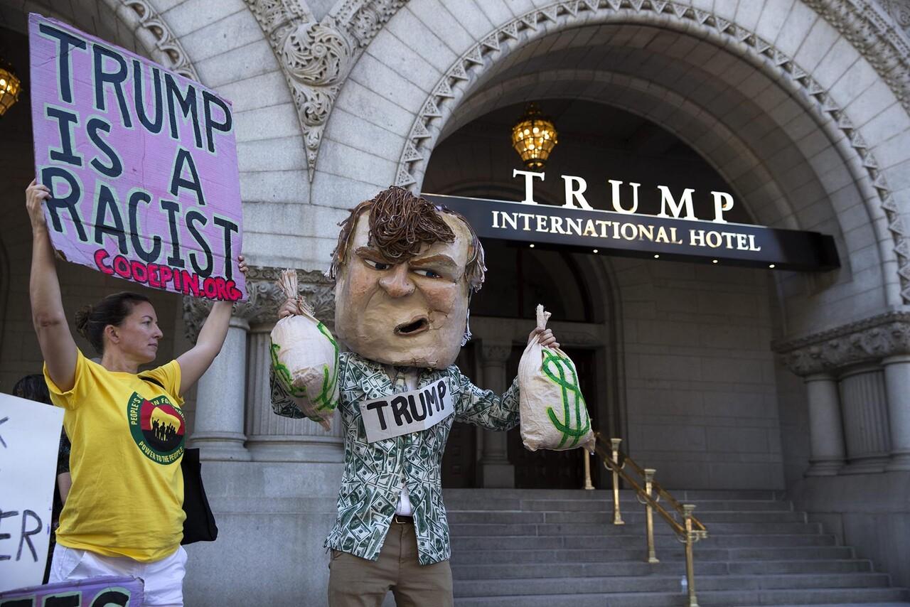 STX01 WASHINGTON (ESTADOS UNIDOS), 12/09/2016.- Manifestantes participan en una protesta a la entrada del nuevo hotel que lleva el nombre del candidato republicano a la Presidencia de EEUU, Donald Trump, en la avenida Pensilvania de Washington, Estados Unidos, hoy, 12 de septiembre de 2016. Unas 30 personas se congregaron hoy en el centro de Washington para protestar por la apertura del nuevo hotel, a apenas un kilómetro de la Casa Blanca, que el magnate confía en conquistar en las elecciones de noviembre. EFE/SHAWN THEW