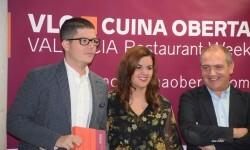alejandro-del-toro-y-recoge-su-responsable-de-comunicacionpresentacion-de-la-xv-edicion-de-valencia-cuina-oberta-y-producto-gastronomico-de-la-ciudad-28