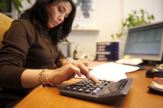 Mujeres trabajando en la oficina de una productora en Madrid.