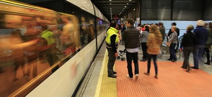 metrovalencia-ofrecera-trenes-durante-la-noche-del-dia-8-y-prolongara-su-servicio-de-madrugada