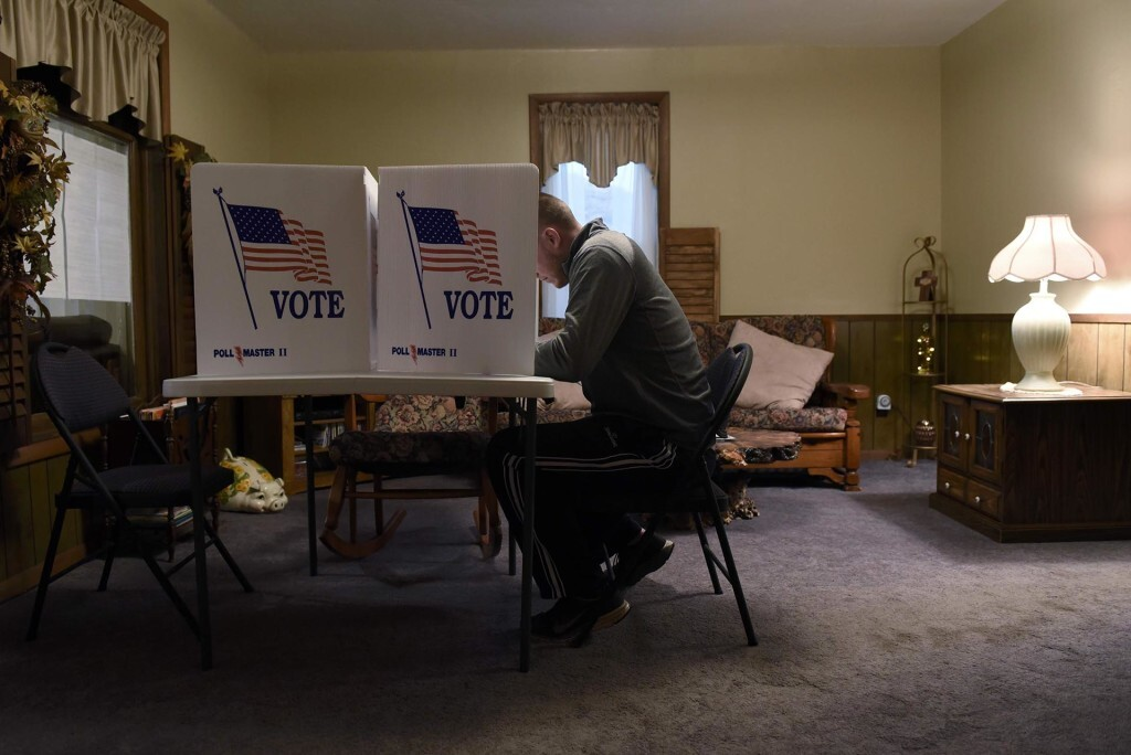 A voter fills out his ballot in a living room polling place during the U.S. presidential election in Dover, Oklahoma, U.S. November 8, 2016.  REUTERS/Nick Oxford