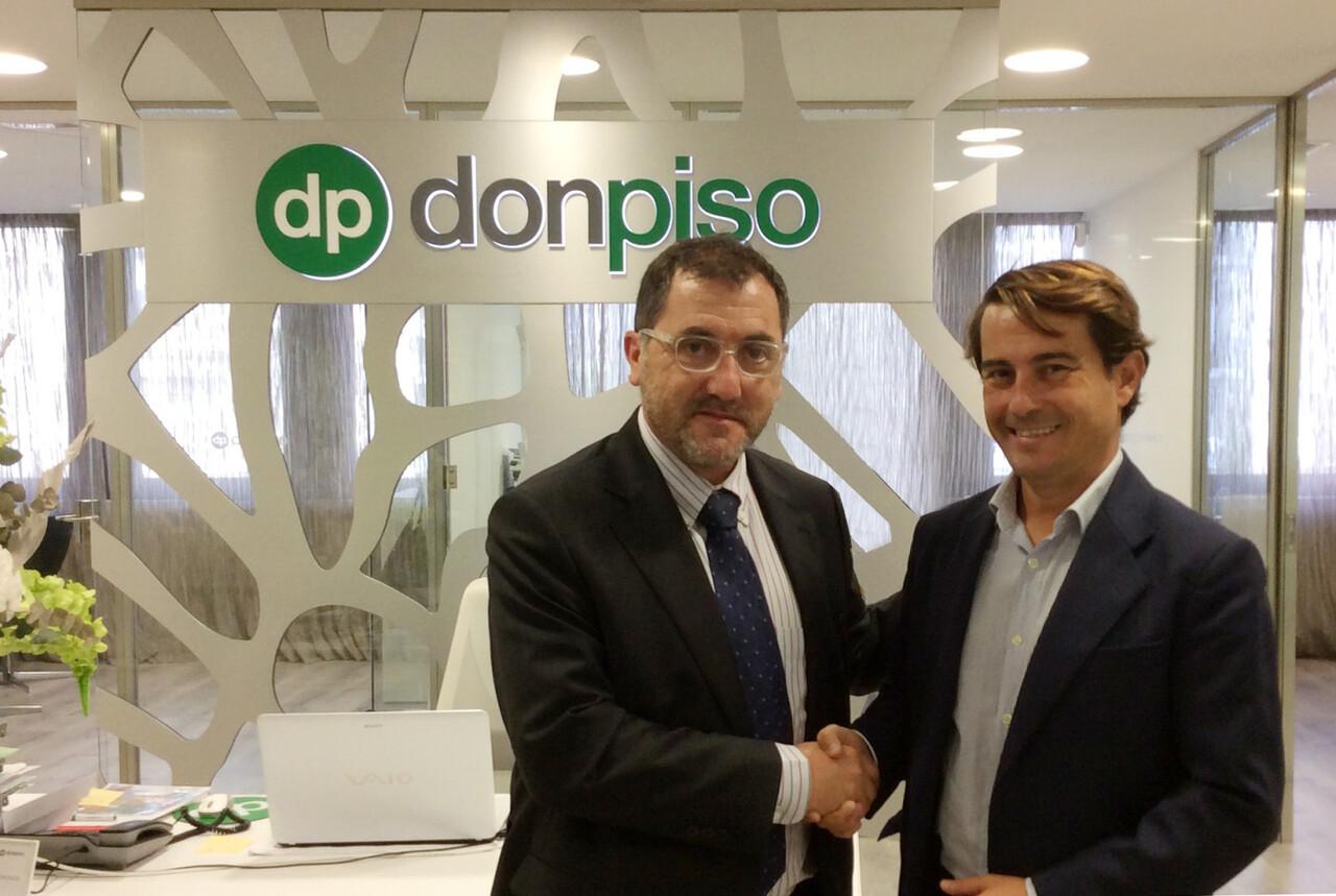 Emiliano Bermúdez, subdirector general de donpiso (izq.), junto a Jacobo Olavarrieta (der.), nuevo franquiciado de la oficina de Denia (Alicante)