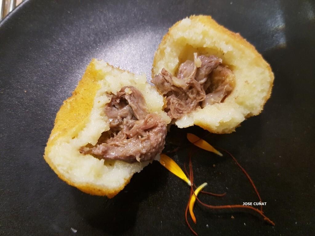 bombeta-de-carrillada-melosa-restaurante-julio-verne-en-valencia-5