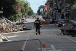 Un integrante del equipo de búsqueda y rescate camina por una calle asolada por la destrucción en Christchurch, Nueva Zelanda, el jueves 24 de febrero del 2011, a raíz de un terremoto de 6,3 grados de magnitud, ocurrido el martes. (Foto AP/Rob Griffith)