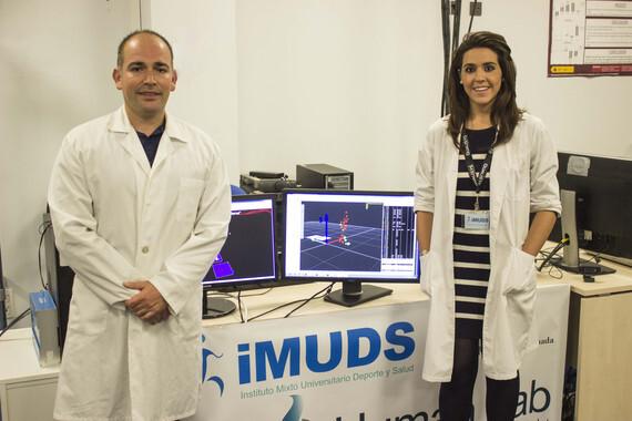 Los investigadores de la UGR José María Heredia Jiménez y Eva Orantes González, autores de este trabajo, en el Laboratorio de Biomecánica del iMUDS. / Desiré Maya