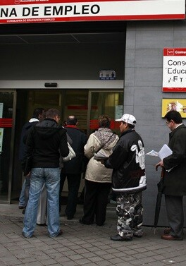Madrid.27/04/2012.NO UTILIZAR SIN PERMISO DE FOTOGRAFIA.Oficina del Inem en Delicias,parados hacen cola antes de que abran la oficina.Foto Javier Barbancho.