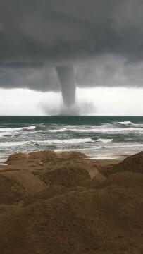 espectacular-manga-marina-frente-a-las-costas-de-sueca-tornado-1