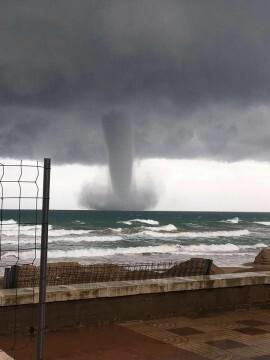 espectacular-manga-marina-frente-a-las-costas-de-sueca-tornado-2