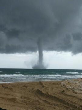 espectacular-manga-marina-frente-a-las-costas-de-sueca-tornado-3