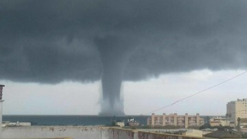 espectacular-manga-marina-frente-a-las-costas-de-sueca-tornado-4