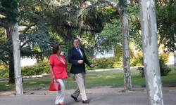 El presidente del Gobierno, Mariano Rajoy, conversa con la alcaldesa de Valencia, Rita Barberá, durante un paseo por los jardines del Palacio de la Moncloa. La Moncloa, Madrid - 12/09/2014