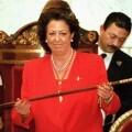 VALENCIA. Rita Barberá muestra la vara de mando que ha recibido tras ser proclamada alcaldesa, por mayoría absoluta, en el acto de constitución del ayuntamiento de Valencia. EFE/Manuel Bruque.EFE/MANUEL BRUQUE (FLASH)'